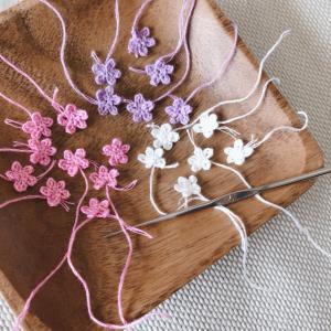 刺しゅう糸でミニチュア のお花を編んでいます