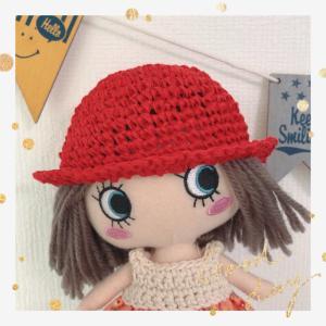 イーマリーちゃん*赤、黒の糸で帽子を編みました