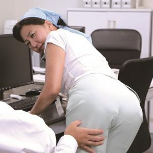 熟女:「ヤリたくなっちゃうから、いじらないで~」掃除のおばさんのムチ尻をねちっこく触ってみたら…:セクシー画像集