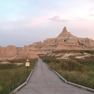 むき出しの地層を散策!ーバッドランズ国立公園(Badlands National Park)ー