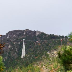 御在所で登山して鈴鹿スカイラインを下に見る。