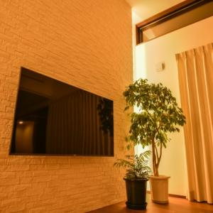 壁掛けテレビ【物を置かないシンプルでスッキリした究極の壁掛け】