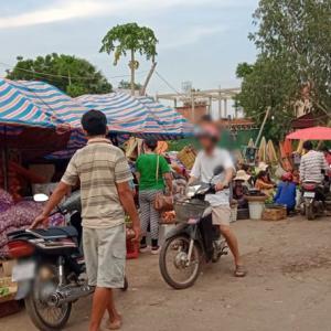 地元民が買い付けにやってくる市場(プサーサマキ)