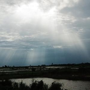 トンレサップ湖までの道中で天使の梯子(薄明光線)現れる!