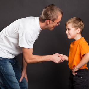 海外の学校に通う子どもが英語を話しません、対処方法は?