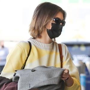 カイア・ガーバー、おしゃれなセーター×デニムパンツに白スニーカーを合わせた私服コーデで空港に到着★