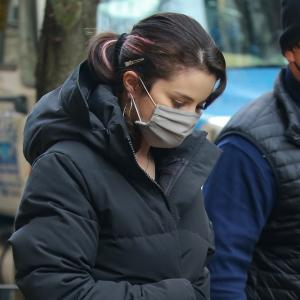 セレーナ・ゴメス、カナダグースのロングダウン×ジーンズにUGGのムートンブーツを合わせた防寒コーデ★