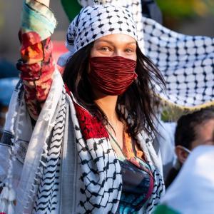 ベラ・ハディッド、父はパレスチナ出身の難民!ニューヨークで行われたパレスチナ支援の抗議デモに参加★