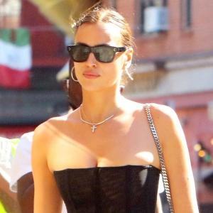 イリーナ・シェイク、セクシーなコルセット×デニムパンツにコンバットブーツを合わせたエッジィな私服姿★