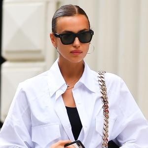 イリーナ・シェイク、前開きシャツ×タイトワンピにBurberry(バーバリー)のサンダルを合わせた私服姿★