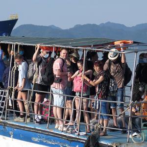 ベトナム より多くのビーチの目的地は社会的制限を緩和します
