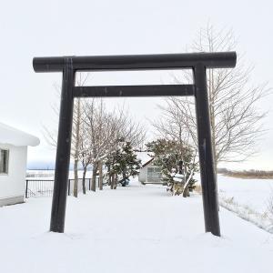雪の野に建つ福移神社