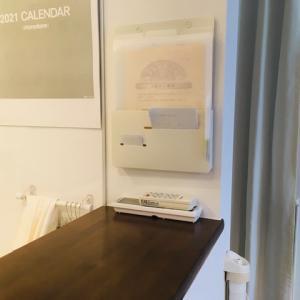 キッチンカウンターに溜まる書類の整理に、壁掛けタイプのシンプルなホルダー