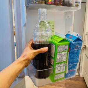 『傾けても中身がこぼれない』麦茶ポットは、子どもが安心して持てるキャップ付きのボトル型。