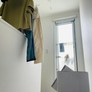 梅雨時期の洗濯環境。部屋干しワイヤーと、除湿機のおかげでカラッと乾く!