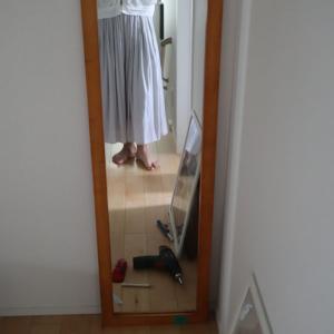 DIY: 勢いで鏡をネジで壁に取り付けたけれど・・・