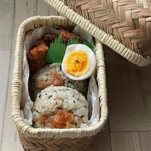 竹カゴ弁当箱に混ぜご飯梅干しのせおにぎり弁当~(´ー`*)