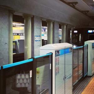 九段下駅のホームに到着する東京メトロ東西線
