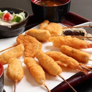 目の前で職人さんが揚げた串を楽しめる「京串 六波羅」