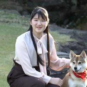 愛子さま、19歳のお誕生日。お犬様とご一緒に記念撮影。