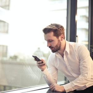 メールやラインを使うと相手に気持ちが伝わらない!?心理学的に効果的な気持ちの伝え方について解説。