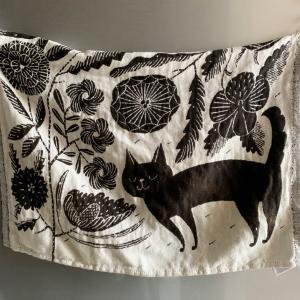我が家を彩るお気に入りの猫のポスター。鹿児島睦さんデザインのファブリック。BIRDS'WORDS。