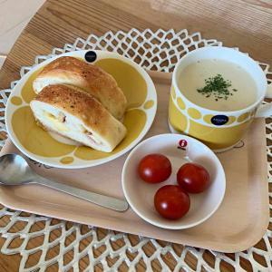 今日のテレワークランチ。久しぶりのJohanのパンとキャンベルスープ。