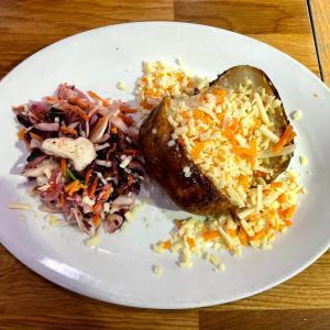 イギリス【外食/M&Sカフェ】 ジャケットポテト 3種のチーズ Slow baked Jacket potatoes Three cheese