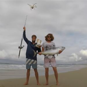 ドローンを使って砂浜からマグロを釣り上げる!?