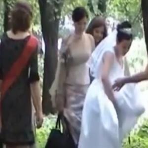 野ションする純白の花嫁とそれを支える友人たち