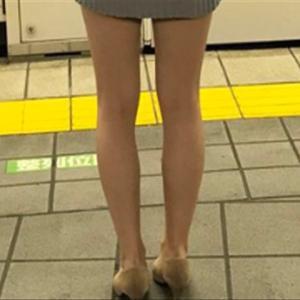 【吉報】とんでもなくエチエチな服を着た女性が駅ホームで目撃されるw