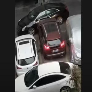 クッソ邪魔な迷惑駐車のせいで出れない車両