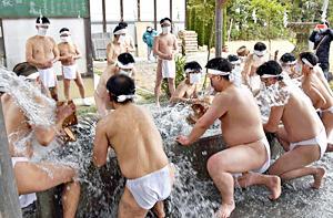 多田野神社でふんどし一丁の裸の男たちが「エイッ、エイッ、エイッ」と気合を入れる