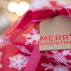 クリスマスプレゼントを何にするか悩んでる男性と女性にオススメのお財布をご紹介