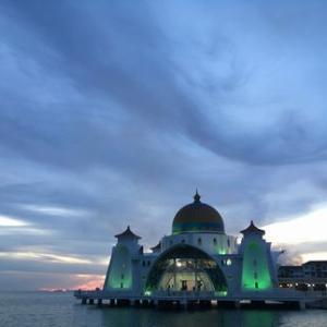 マラッカ海峡を望む美しいフローティングモスク「Melaka Straits Mosque」