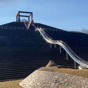 【秋葉台公園】ピラミッドの上から滑り降りる!ロングすべり台がある公園