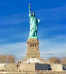 ・自由の女神、挙げているのは右手 or 左手?