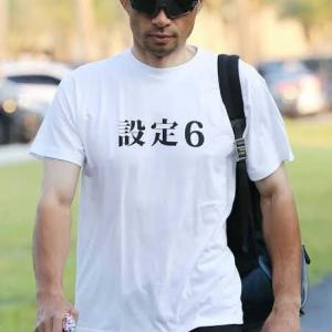 【悲報】イチロー「毎日変なTシャツ着て球場入りしたら大ウケやろなぁ(ニチャァ」