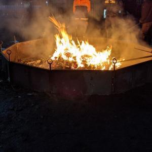 どんと祭 御神火にあたり無病息災・家内安全・商売繁盛を祈願