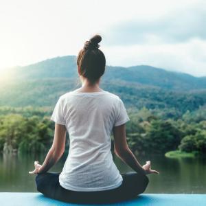 背中や腰の痛みは詰まった背骨が原因?【背骨に隙間を作る!】たった3分のゆるストレッチ(ヨガジャーナルオンライン) – Yahoo!ニュース – Yahoo!ニュース