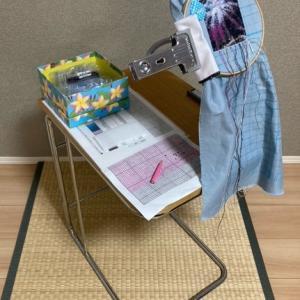 クロスステッチ全面刺しの作業風景|作業台と刺繍糸の整頓
