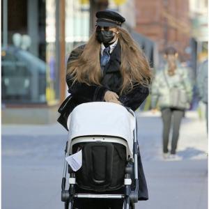 ジジ・ハディッド、シックなママスタイルが素敵❤️