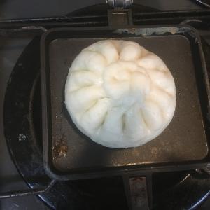 今日の在宅ソロ朝昼飯、『バウルーの肉まんとメスティン天ぷらうどん』。満腹〜💦・・・介護の仕事の雑談など。