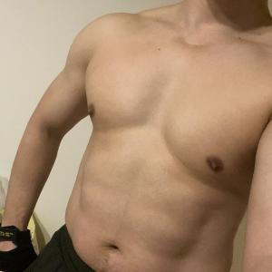ワイ、筋トレを1年ガチった結果そこそこ良い体になる
