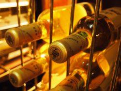 ワインを涼しい場所で横に寝かせて保存する理由は?