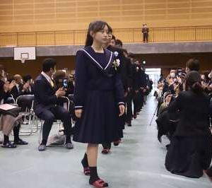【画像】陽キャさん、卒業式でとんでもない写真を撮ってしまう..