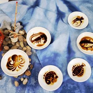 浮き出る豆皿で家族一緒に遊ぼう!!タコも美味しいそうでしょ・・・海にいる魚を楽しんだら魚の名前も覚えよう。[豆皿の遊び方]