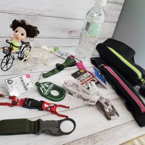 汗をかく季節に欠かせないペットボトル。持ち歩きに便利な100均の『ペットボトルホルダー』の特集ですよ~。ジョギングのお供にも使えます。