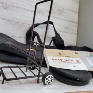 旅行にはとっても便利な100均の『トートバッグ』。スーツケースの持ち手に通して固定。さらにコスパ良し!! 他の色も欲しい~