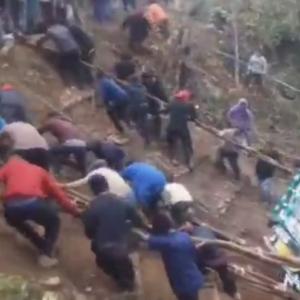 【海外ニュース・動画】インドで谷に落ちたトラックを村人たちが集まり人力で救出する様子が公開。